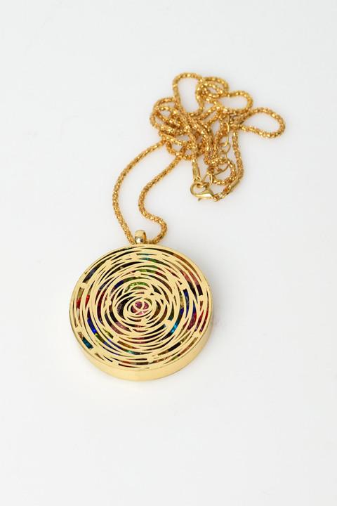 Γυναικείο κολιέ με διάτρητο σχέδιο και εσωτερικό με χάντρες - Χρυσό