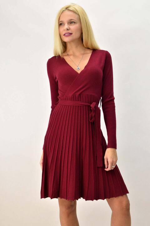 Γυναικείο φόρεμα κοντό κρουαζέ με ζώνη και πιέτες - Μπορντώ
